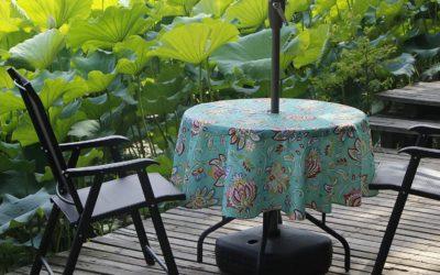 Les alternatives de nappes pour une table design avec un parasol central